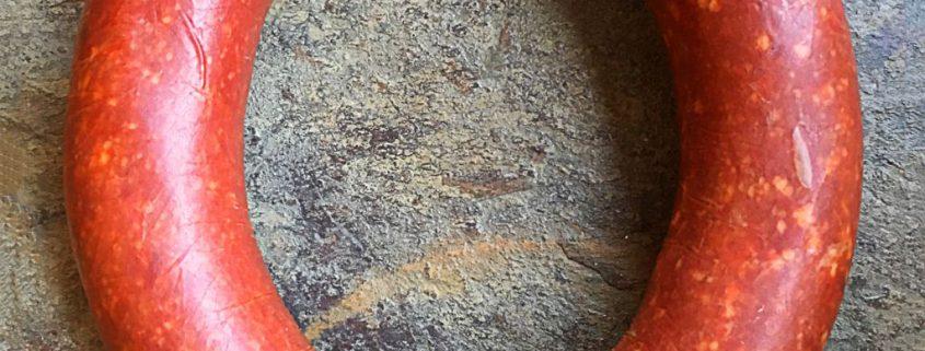 türkische Sucuk scharf oder mild. Sudschuk, suxuk, suschuk, türkische Knoblauchwurst, gewürzte Rinderwurst,