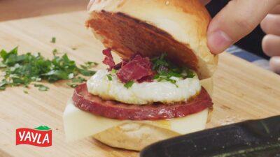 *Yumurta Sucuk Sandviç* ~ Sucukburger mit Ei und pastırma-Chip, Alternative zu sucuk yumurta ~ Spiegelei mit Sucuk