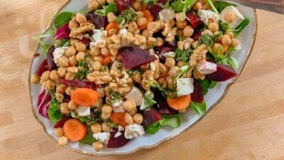 Rote Beete Salat mit Kichererbsen, Weißkäse und Walnüssen ~ Cevizli, nohutlu pancar salatası