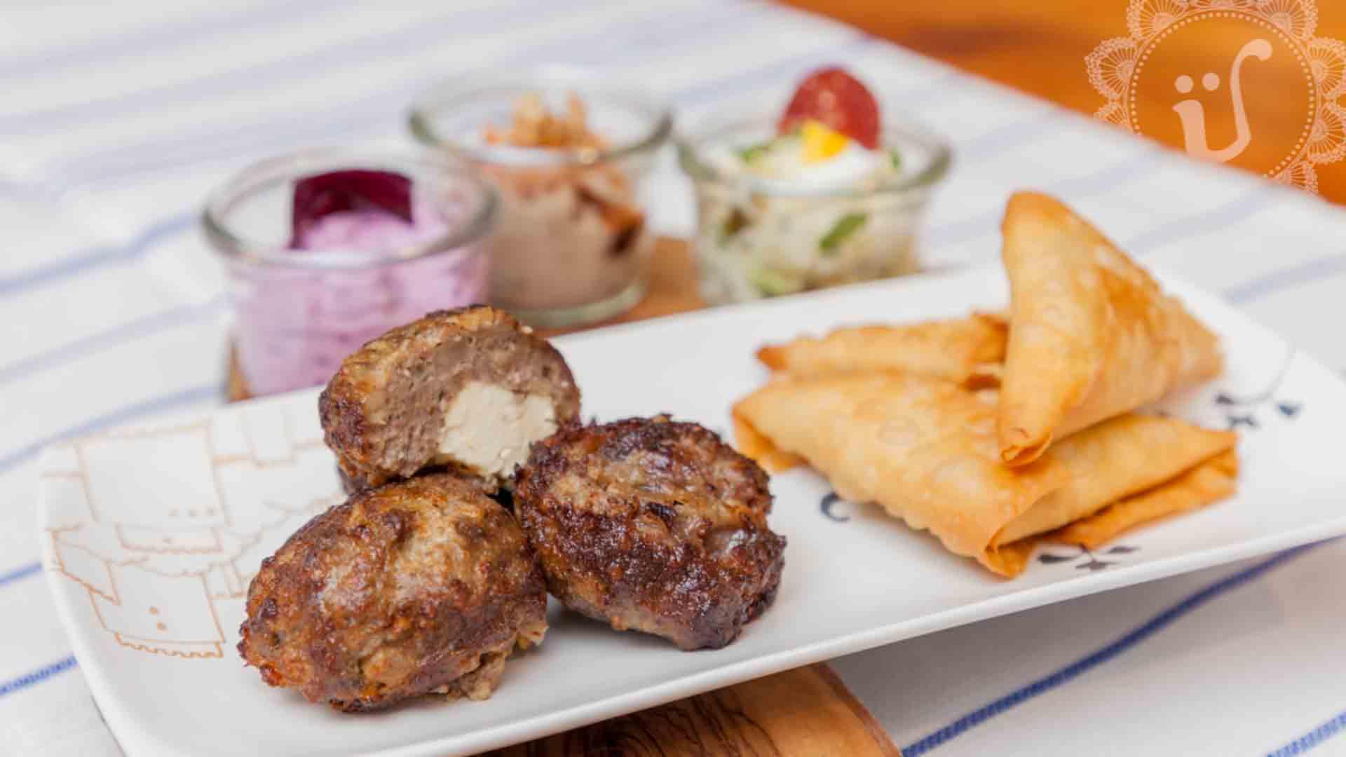 Muffin-Köfte-Überraschungen und Teigecken mit Linsenfava, Datteln und Lauchzwiebeln-Füllung