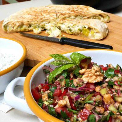 Börek aus frischem Yufka mit garvurdağ salatası und Joghurtdip