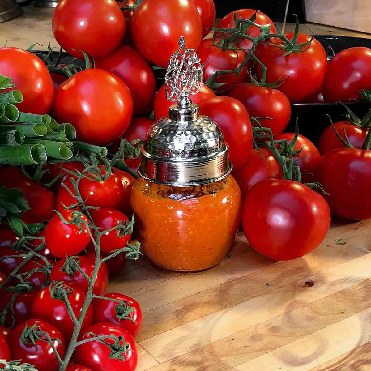 *Közlenmiş domates mezesi* ~ Aufstrich mit gerösteten Tomaten