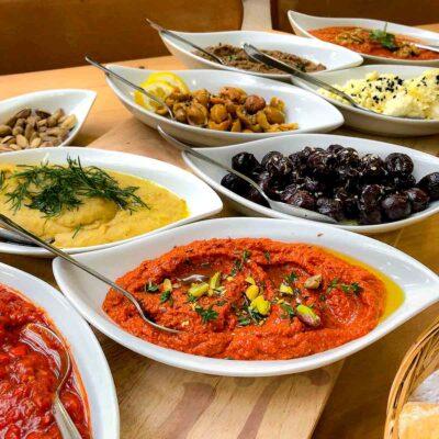 Aufstrich mit gerösteten Tomaten, türkische Meze und Dips