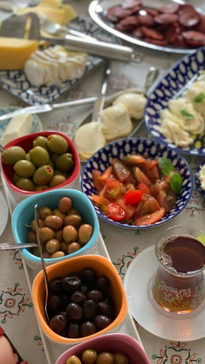 Olivensorten bei einem türkischen Frühstück, Marmarabirlik, Sele, siyah zeytin