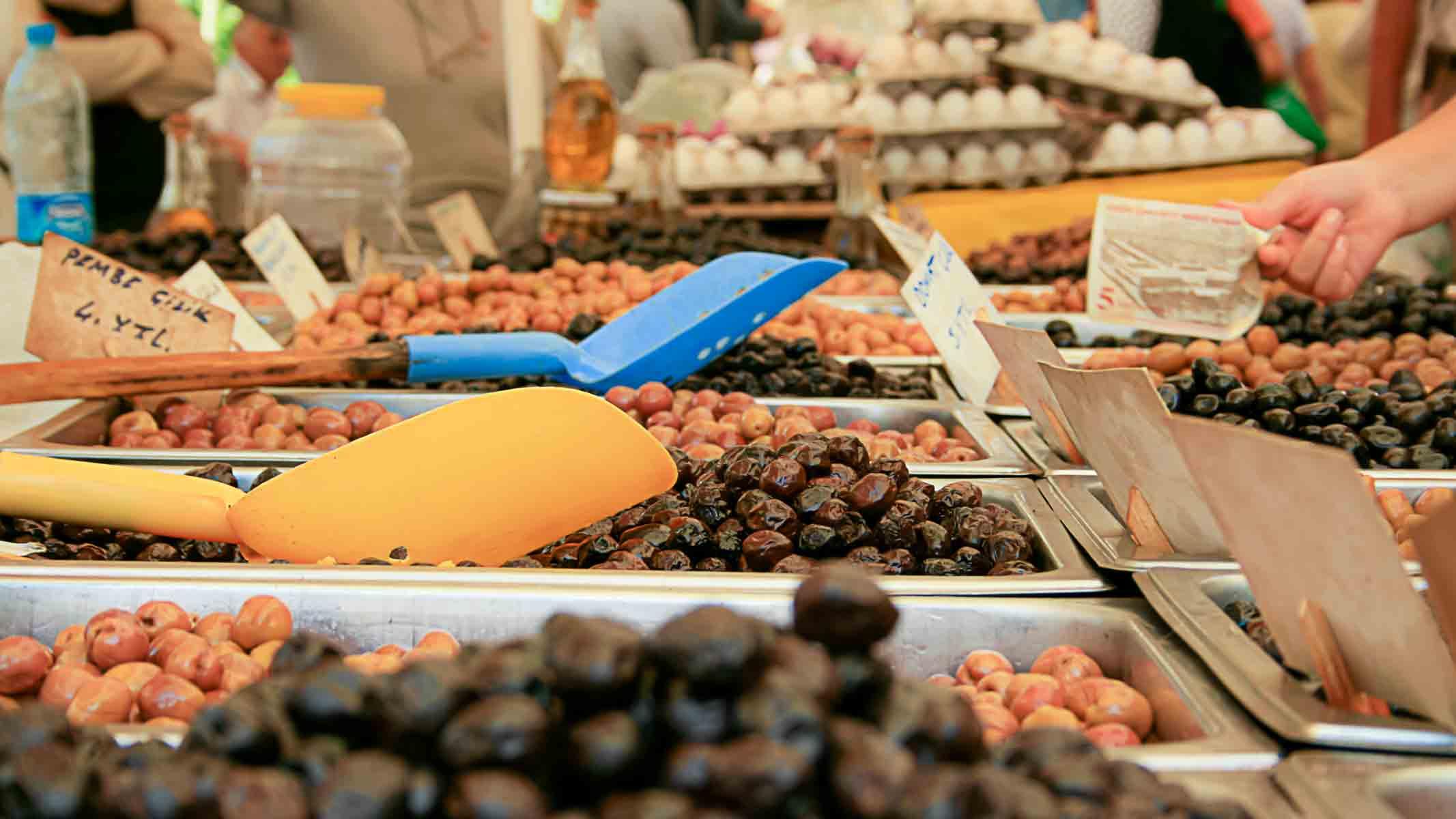 Oliven aus einem türkischen Markt, Warenkunde, verschiedene Olivensorten bei einem türkischen Frühstück, Kuru Sele, Zeytin, Marmarabirlik, kuru sele, siyah zeytin, schwarze, grüne, lila, Oliven, trocken gesalzen, salzen, einlegen, türkische, türkisches,