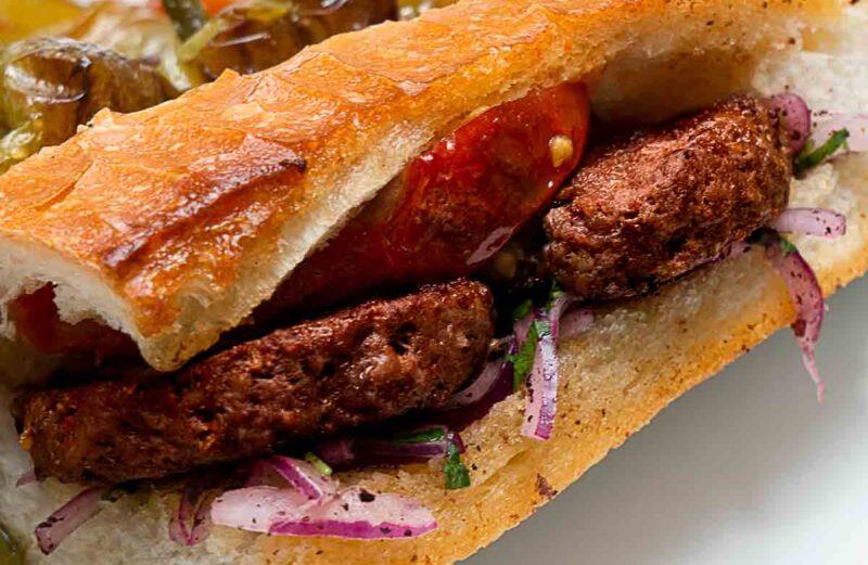 Sucuk Köfte ~ Türkische Sucuk Frikadellen, sucuk-gewürz, leckere, Frikadellen, Hackfleischbällchen, gegrillt, gegrillte, angebratene, Buletten, Fleischküchlein, Hackbällchen, Knoblauchwurst, türkisches Rezept, Grillrezept, schnell, easy, gesund, lecker, ultimativ, aromatisch, Haydari, Sauce, Creme, zum Grillen,