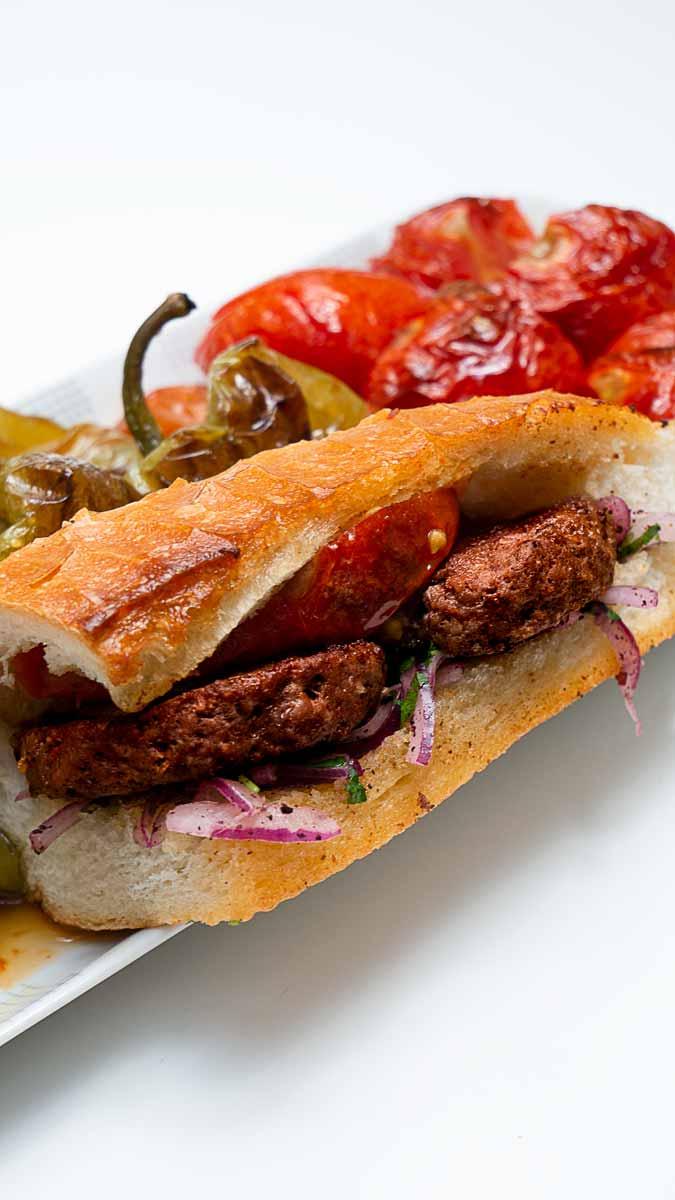 Sucuk Köfte ~ Türkische Sucuk Frikadellen, sucuk-gewürz, leckere, Frikadellen, Hackfleischbällchen, gegrillt, gegrillte, angebratene, Buletten, Fleischküchlein, Hackbällchen, Knoblauchwurst, türkisches Rezept, Grillrezept, schnell, easy, gesund, lecker, ultimativ, aromatisch, Haydari, Sauce, Creme, zum Grillen, Sandwich, Brottasche,